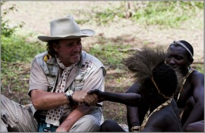 Pierre Schmidt im Gespräch mit den Hazabes (Buschmänner) am Eyasisee. Der Stamm der Hazabes ist Tansanias einziger Stamm von Jägern und Sammlern. Gejagt wird mit Pfeil und Bogen.