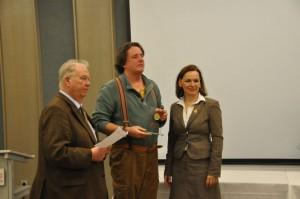 Pierre Schmidt (Mitte) bedankt sich für den tollen Preis, links: Jürgen A. Schulz, rechts: Sabine Loose (Hauptgeschäftsführerin der Westfalenhallen Dortmund GmbH)