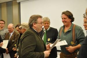 Pierre Schmidt nimmt freudig die Urkunde von Herrn Niklot von Bülow (Sprecher des Kuratoriums der AG-Wettbewerb) entgegen.